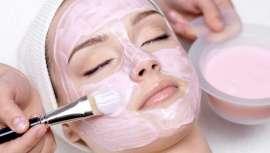 Para eliminar impurezas, desbloquear os poros, evitar o aparecimento de grânulos ou pontos negros e um envelhecimento prematuro da pele é e será sempre fundamental uma boa limpeza facial