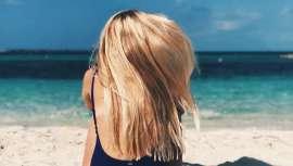 La doctora Cristina Chacón, de la clínica MC360, explica que el cuidado capilar deberá ser mayor durante el verano ya que el sol, el cloro o el agua salada pueden dejar un cabello poroso y sin vida