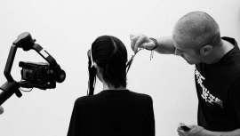 """O que melhor do que falar com um especialista acerca do que continua a ser a assinatura pendente do cabeleireiro em Espanha. Ulisses Mesa, cabeleireiro e formador, coloca os pontos nos """"is"""" em relação à educação depois do Covid-19"""