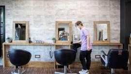 Los propietarios de los establecimientos de belleza, peluquerías, barberías y centros de estética, reabren en contra de la orden gubernamental que no permite comenzar actividad dentro de los salones