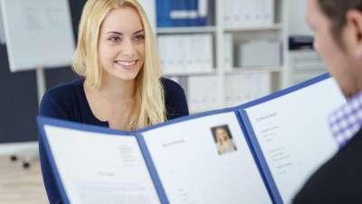 ¿Cuáles son los perfiles profesionales con mayor índice de contratación en las peluquerías y centros de estética?