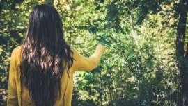 Segundo o dr. Leone da clínica MC360, é importante cuidar da alimentação, tomar suplementos vitamínicos, evitar lavar o cabelo com demasiada frequência além de eleger e aplicar tratamentos capilares que ajudem a fortalecer o cabelo