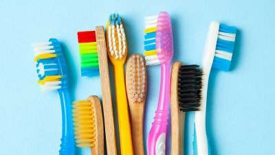 Milhões de escovas de dentes que vão para o lixo deveriam ser recicladas e sustentáveis