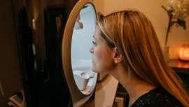 Nueva generación de cosméticos que se sirve por primera vez de la luz azul de las pantallas de plasma en favor del tratamiento de la piel. Su principal virtud, la reparación del ADN celular frente a ella