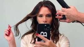 La marca de herramientas para el cabello ghd se ha unido a la icónica diseñadora británica, Victoria Beckham, para crear Live in the Luxe, tendencia de cabello inspirada en los 90 y desvelada en la presentación digital de su nueva colección AW21