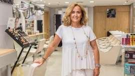 Al frente de un salón referente y desde Albacete, donde naciera, Ana Romero es figura de la peluquería, la cual concibe como la profesión que le ocupa y defiende al minuto sin importarle nada lo que dicen y sí lo que ella y su equipo hacen cada día