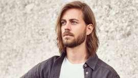 Moser, a famosa firma de máquinas de corte e acessórios detalha-nos o passo a passo de como tirar máximo partido de um corte masculino em que o cabelo longo é o protagonista, com um toque de máxima elegância