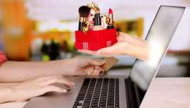 La inmediatez de la compra on-line consigue la misma característica a la hora de sentirnos mejor y más felices cuando adquirimos un producto cosmético