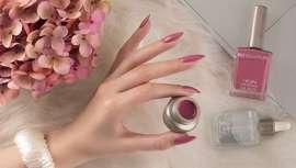 Une explosión de los tonos de preciosas y coloridas flores para manicuras que ponen el acento en la belleza y la perfección de las uñas femeninas. Así es la nueva colección de esmaltes de Biogel