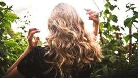 Vamos a descubrir en qué consiste la coloración de moda para el cabello, la técnica de mechas balayage, sus diferentes tipos y en qué clase de melenas y cómo se hacen según el estilista y tú os decidáis por unas u otras