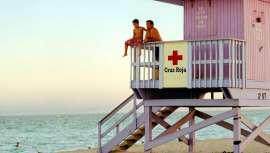 La marca acaba de donar a Cruz Roja 6.000 productos de protección solar para los miembros que este verano velarán por la seguridad de los bañistas en la playa