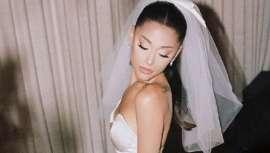 La famosa y guapa Ariana Grande se ha casado por sorpresa, en la intimidad, y con un Vera Wang espectacular. Para el peinado, una coleta supertirante, acabada en cascada de ondas, un look para soñar