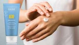 Está especialmente formulada para limpiar y proteger la piel, evitando la proliferación de microorganismos