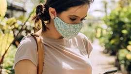 Las mascarillas protegen nuestra salud y la de los demás, pero ¿nos protegen también frente al sol? Con mascarilla, usa fotoprotección