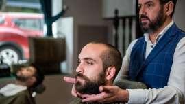 Tres profesionales peluqueros nos hablan de una serie de trucos, consejos y cosméticos necesarios para lucir un pelo y una barba en perfectas condiciones a pesar de las mascarillas y el calor