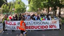 Patronales, asociaciones y plataformas del sector de la imagen  personal españolas han protestado frente al Congreso de los Diputados para reclamar la recuperación del IVA reducido en peluquerías, barberías y estética