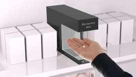 Este dispositivo sustituye al típico frasco probador de las tiendas, facilitando el contacto con el producto y la experiencia de compra del consumidor