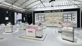 Y para celebrarlo, una nueva revolución. Chanel Factory 5, espacio pop-up dedicado al aroma, que ofrece 17 nuevos productos de belleza con la fragancia centenaria en el corazón apostando a la vez por la innovación que rige el futuro de la belleza