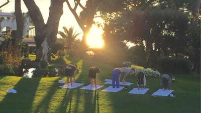 Haz yoga frente al mar