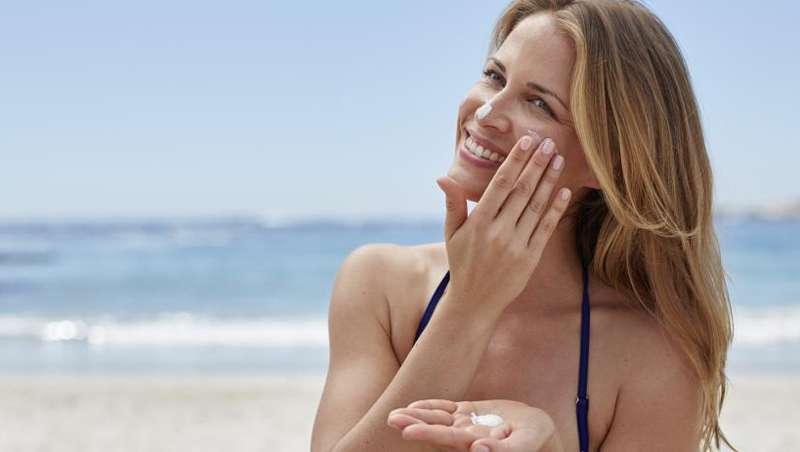 Un 54% de las españolas usa protección solar facial cada día