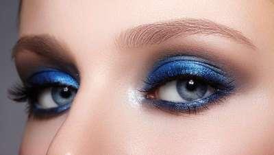 Cómo conseguir el maquillaje de ojos azul de Dua Lipa