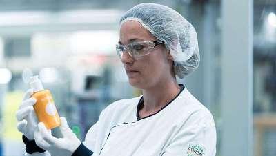 Primeira embalagem cosmético de plástico reciclado biologicamente por enzimas, novidade de L'Oréal