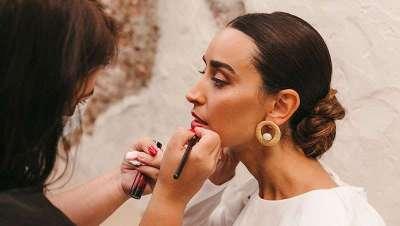 Cómo aplicar en el orden correcto los productos de belleza para lucir una piel y un maquillaje impecables