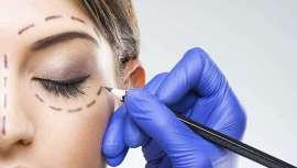 Con su novedoso tratamiento, el Dr. José González Vidal, Director de la Clínica Miestetic, tensa la piel del contorno de ojos haciendo desaparecer las bolsas sin cirugía ni cicatrices