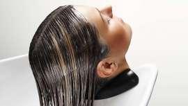 El cabello es maltratado continuamente por agentes externos como geles, espumas y ceras, o los rayos del sol, la polución, etc. Es aconsejable realizar un peeling capilar para mantener el cabello en perfectas condiciones