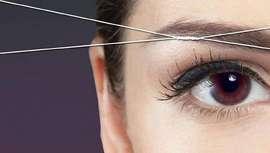Esta técnica, tan de moda en los países anglosajones, consiste básicamente en la eliminación de pelo de la cara y entrecejo utilizando un hilo natural, principalmente 100% algodón, que actúa como pinza