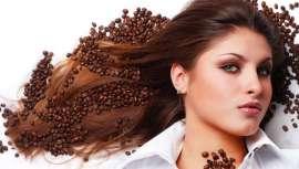 Este alcaloide sólido se utiliza cada vez más como ingrediente cosmético. Además de sus efectos como antioxidante y anticelulítico, la cafeína es eficaz para fortalecer el cabello fino, débil o con problemas de caída