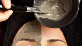 Ghassoul es una arcilla con un alto poder absorbente, rica en minerales y sin tensioactivos, aditivos químicos o metales pesados, que nos permite un lavado de cuerpo y pelo sin irritaciones y sin dañar la capa ácida protectora de nuestra piel