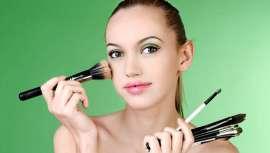 El tono esmeralda ha sido elegido el color del año. Aprende las claves del maquillaje más primaveral y favorecedor, en verde. Lograrás crear en tus clientas una mirada fascinante y sofisticada que despertará verdaderas pasiones