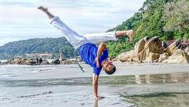 La Capoeira es una tradicional mezcla brasileña de danza y artes marciales. Hoy descubrimos una nueva modalidad de este deporte, más suave, eficaz, divertida ¡y en el agua!