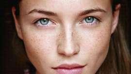 Esta técnica de delineado de ojos invisible apuesta por un maquillaje muy natural y sutil que resalta la mirada