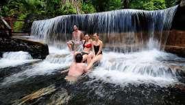 Este spa de cinco estrellas se sitúa en La Fortuna de San Carlos (Costa Rica), en la selva tropical del Parque Nacional Volcán Arenal. El visitante disfruta de vistas paradisíacas, aguas termales y tratamientos en bungalós al aire libre