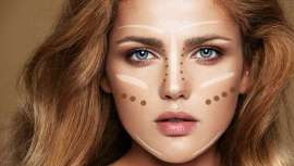 El strobing, de origen francés, surgió como opuesto al contouring, método de maquillaje popularizado por Kim Kardashian. El primero, fácil de llevar a cabo, aporta un look más fresco y juvenil que el segundo
