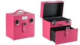 Está forrado en tonos rosa con interiores en negro, que resulta ideal por su pequeño tamaño, además de aportar un toque divertido y muy chic para el profesional de la belleza en general y del cuidado de las uñas en particular