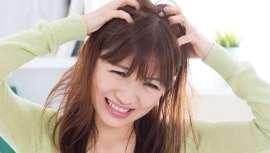 Determinados hábitos, junto a factores ambientales y emocionales, alteran la barrera de protección natural del cuero cabelludo. Las mujeres resultan más perjudicadas al someter el cabello a coloraciones y otros tratamientos químicos