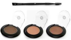 Está compuesta de tres tonos de sombras minerales semipermanentes, tres plantillas para cejas y una brocha para aplicar el color