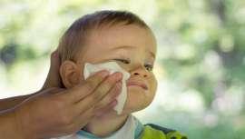 Varias ONG europeas expresan su preocupación por la presencia de este producto, muy alérgico, en toallitas húmedas para bebés. La ministra de Medio Ambiente francés se ha comprometido a revisar su dosis en los cosméticos