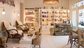 El nuevo salón, situado en el centro de Barcelona, cuenta con servicio de belleza, tratamientos faciales, masajes y terapias corporales. Su interioriorismo ha contado con Bárbara Aurel y los especialistas The Thing Thinks & Co.