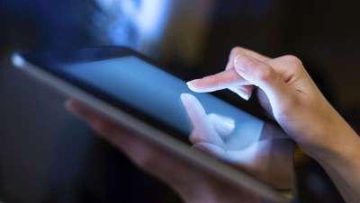 La luz de los dispositivos digitales envejece la piel