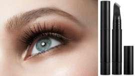El cepillo peina las cejas para darles forma al tiempo que aplica el producto fácilmente en un único gesto