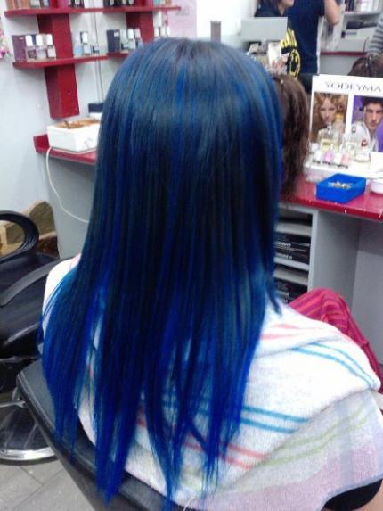 Cabello negro con mechas azules