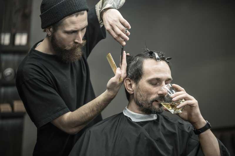 California legaliza servir alcohol en los salones de belleza