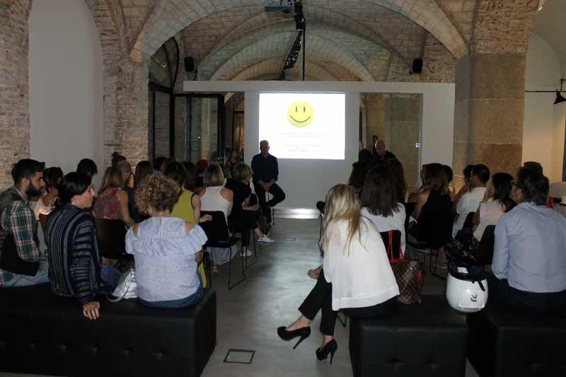 Aforo completo durante la charla sobre marketing y comunicación on-line en el Studio Beauty Market