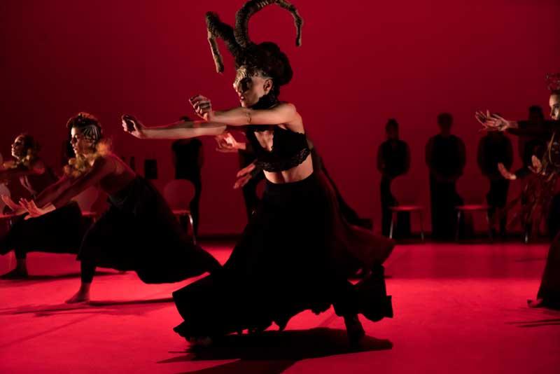 Las reinas oscuras de Carol Bruguera aterrizan en el Mercat de les Flors de Barcelona