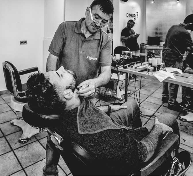 La Barberia de Santa Perpètua celebra sus cinco décadas de historia