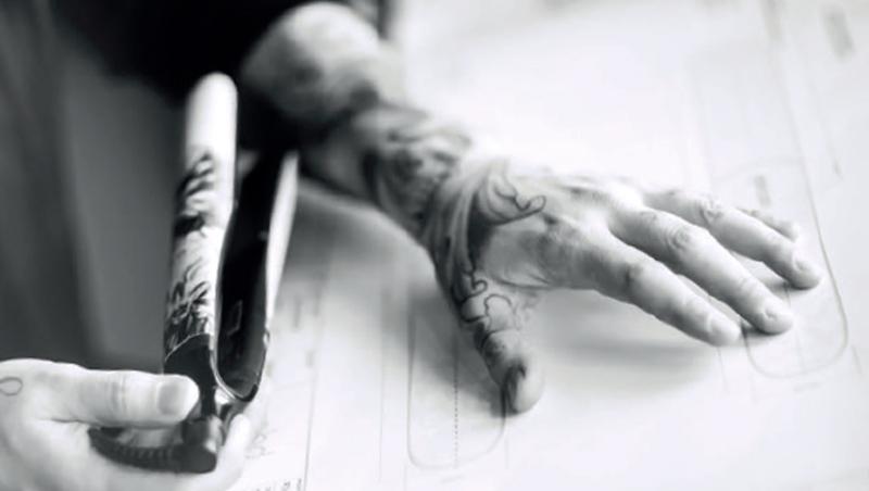 manos de David Allen con la styler ghd ink on pink